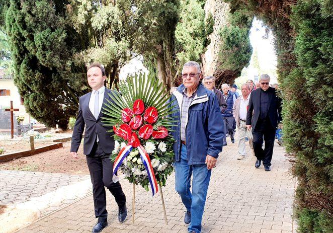 Gradonačelnik sa potpredsjednicima Gradskog vijeća položio vijenac i zapalio svijeće povodom Dana državnosti