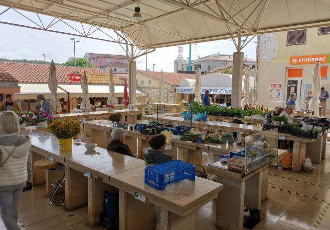 Od sutra u Istri posebne mjere za trgovačke centre i tržnice ! Povratak pleksiglas barijera na tržnice, maske i za kupce u centrima….