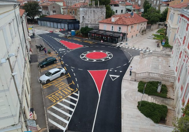 Narodni trg u Poreču dobio novi asfalt i signalizaciju za bolju sigurnost svih sudionika u prometu
