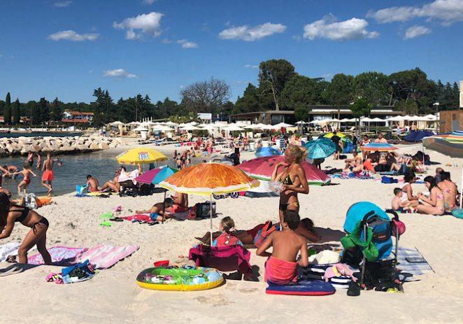 Svi tvrde da su plaže na Jadranu prazne. Međutim, neke plaže u Poreču su pune