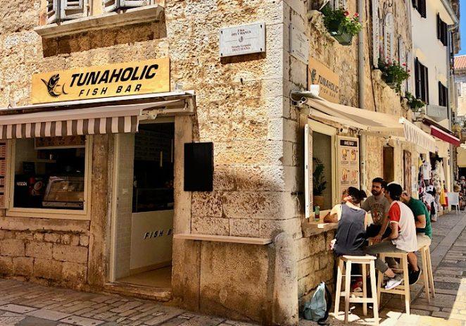 U Poreču je otvoren zabavni riblji street food Tunaholic koji prodaje tune, srdele i morske pse