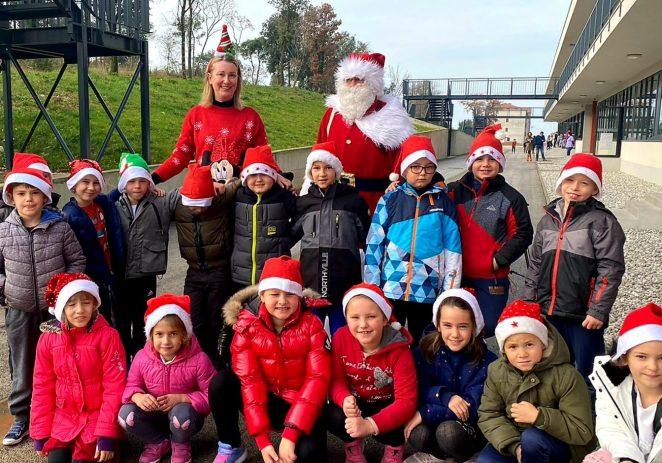 Nakon vrtića i Doma za starije, Djed Mraz obišao porečke školarce i podijelio poklone