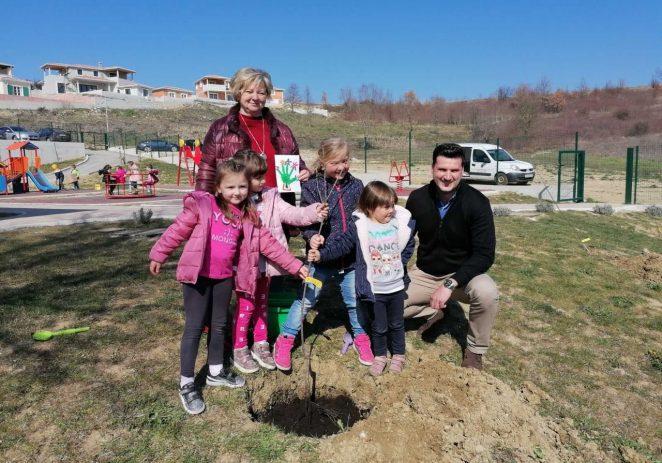 """U sklopu akcije """"Zasadi drvo, ne budi panj"""" danas su u dvorištu dječjegvrtića Vižinada posađene dvije trešnje i dvije jabuke"""