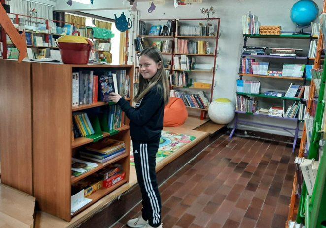 """Sara Vajagić, učenica 3. c razreda Osnovne škole Poreč pobjednica je 1. fotografskog natječaja """"Moja kućna biblioteka/Moj kutak za čitanje"""""""