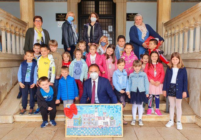 Povodom Dana grada Poreča djeca iz dječjeg vrtića Radost 2 gradonačelniku uručila mozaik