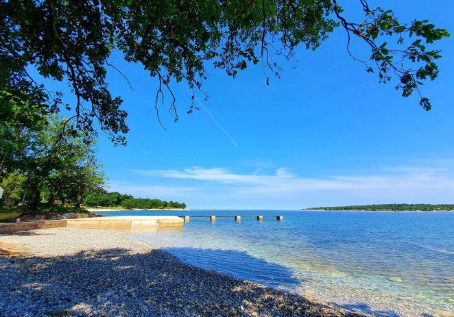 Uklonjen derutni aquagan u naselju Červar Porat, uređuje se plaža