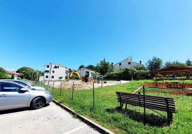 Gradi se novo sportsko igralište u ulici I. G. Kovačića, obnova signalizacija na polivalentnim igralištima u Musaležu, Varvarima i Velenikima
