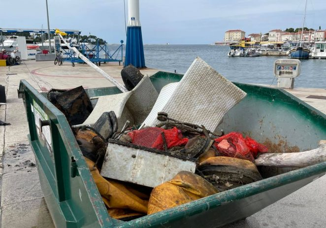 Iz podmorja u luci javnog prometa Poreč izvučeno preko 3 kubika otpada
